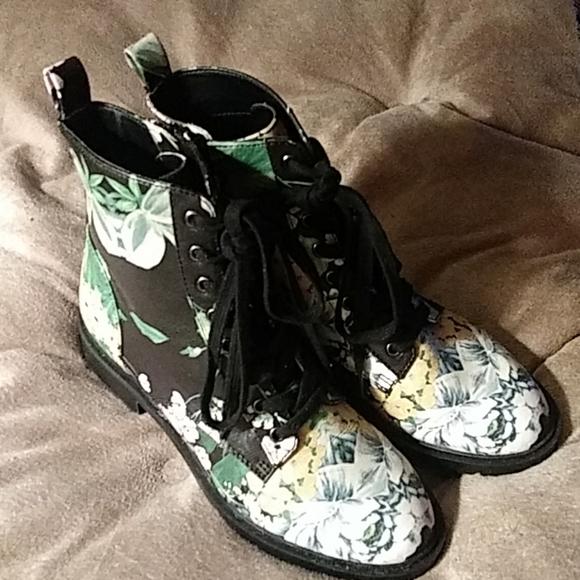 Steve Madden Shoes - SZ. 7.5M STEVE MADDEN FLORAL PRINT LACE-UP ROPER